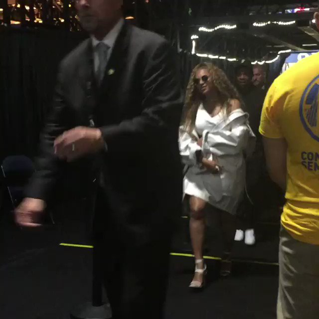 Beyoncé & JAY-Z leaving the @warriors game tonight. https://t.co/1HAhMCKQ3A
