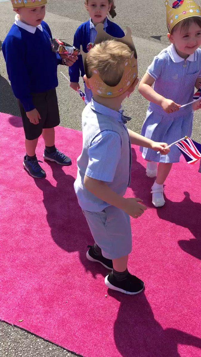 Prince Harry and Meghan's first dance!! #RoyalWedding2018 #HarryandMeghan https://t.co/gy3l67XchM