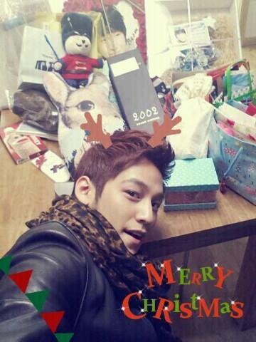 여러분들이 보내주신 선물 덕분에 행복한 크리스마스를 보냈습니다!!! 너무너무 감사하고.. 사랑해요!!! http://t.co/djxltXrP