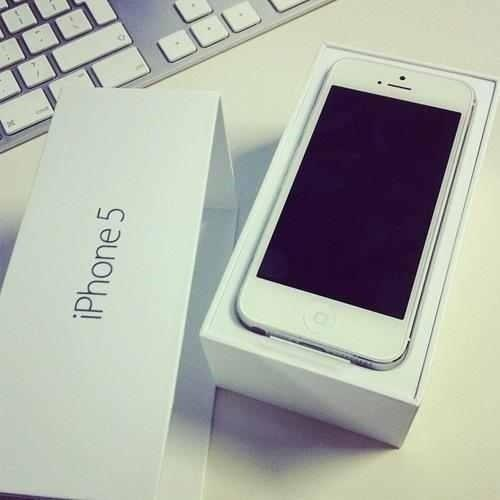 RT @AppleOfficiaI: NEXT 1OO THAT RETWEETS & FOLLOW @FunnyInstagram WILL GET AN iPHONE 5! HURRY WHILE SPOTS LASTS! http://t.co/yOIgrsyV