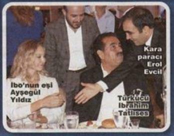 Sözcü'de fahiş hata: İftar fotosunda, 'karaparacı Erol Evcil' dedikleri, TV8 Genel Müdürü Abiş Hopikoğlu. http://t.co/fZtvV9Y4