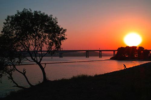 -c- Di Korea, Sungai Han memiliki pemandangan yang indah saat malam hari. http://t.co/zQvzyzpC