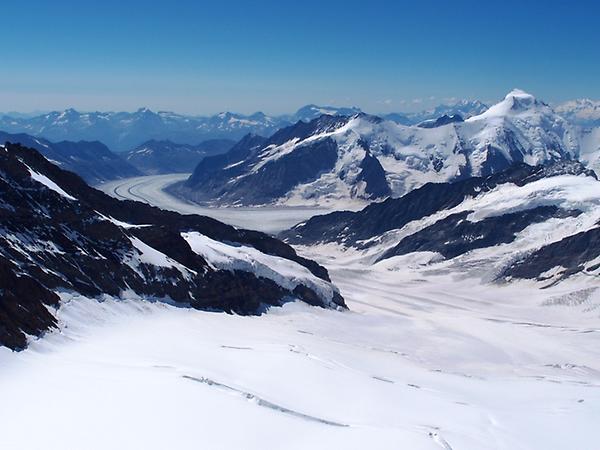 高橋亜矢 (@yamokorori): お知らせ♪NHK総合今夜10時からは永井大さんがスイスアルプスの4000m峰に挑戦する「夏体感!グレートサミッツ」。カッコイイ永井さんのガチ登山とひんやーり氷点下の映像をお楽しみに!写真は山頂から見たアルプス最大のアレッチ氷河です。  http://t.co/eqj4Wxfi