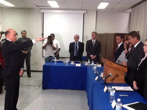El Gobernador #FTF le toma Protesta como Secretario de Salud el Dr. Francisco Javier Posadas Robledo. #SLP http://t.co/PaeygQ0y