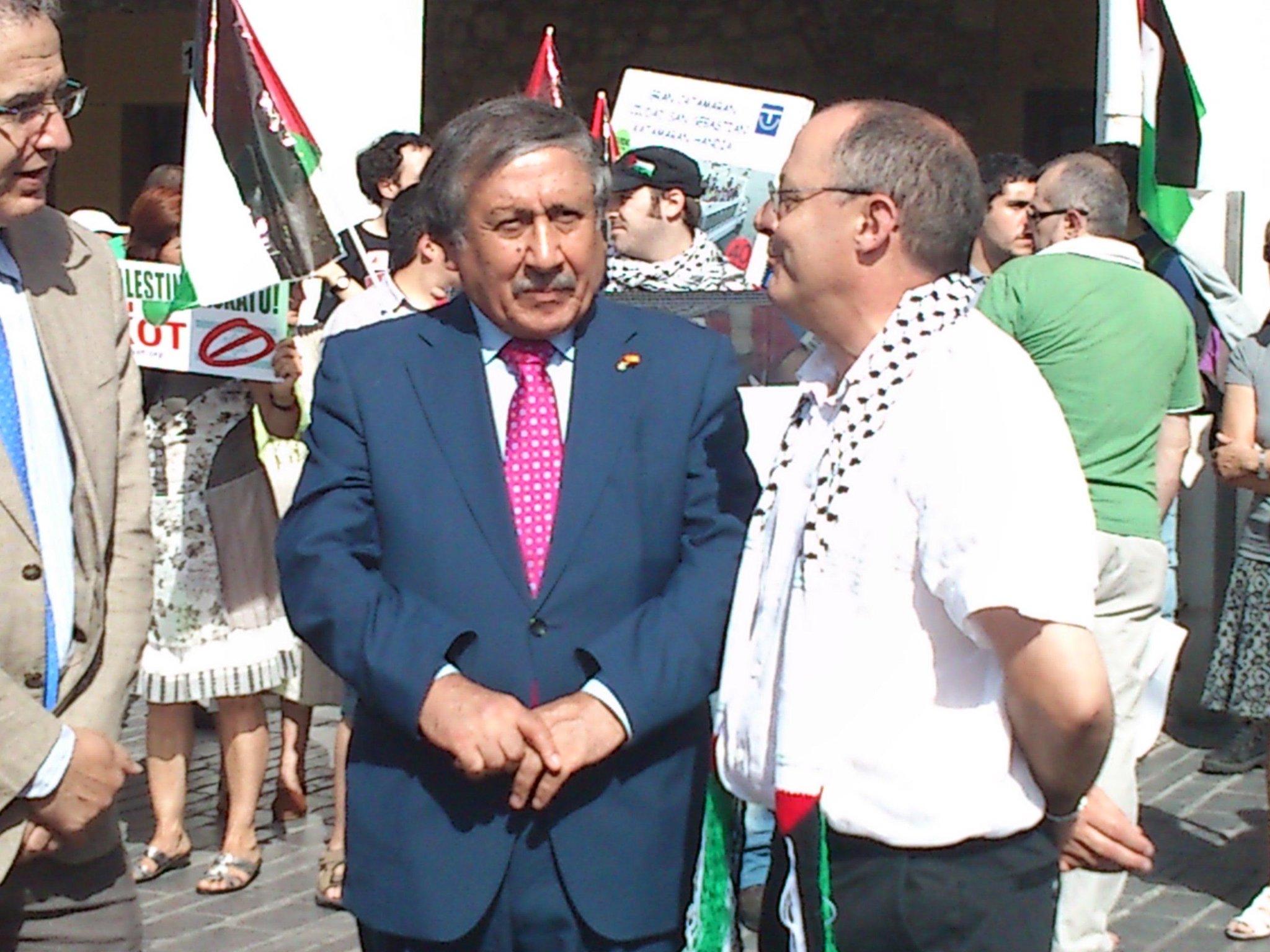 RT @DSS2016: #flotilla #gazaruntz #svestelle donostiako alkatea palestinako enbaxadorearekin http://t.co/ttcDXveh