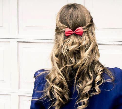 Kızlar okullar açılıyor okulun ilk yapabilceğiniz saç.. Tek gereken kurdeleli toka.. http://t.co/6gGRFLar