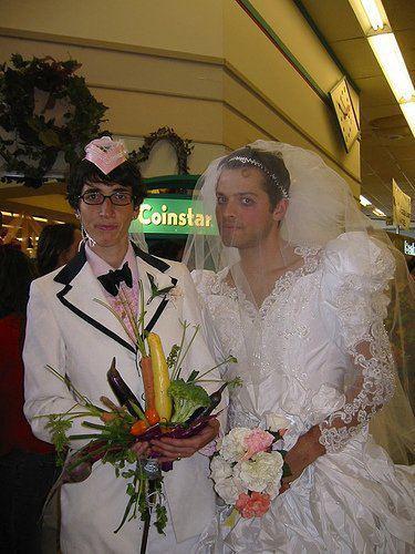 RT @SpnTentation: Misha Collins e sua esposa em seu aniversário de casamento de 2010. #Supernatural http://t.co/fInE48XA
