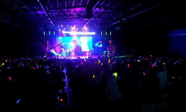 세계최초 HD Voice Concert 현장.손호영은 원격지에서,공연장에서는 지휘자가,야외무대에는 오케스트라가 각각 4G LTE폰을 보며 폰에 노래하는 공연. http://t.co/UNmOA84l 에서 생중계 중! http://t.co/y6j77biu