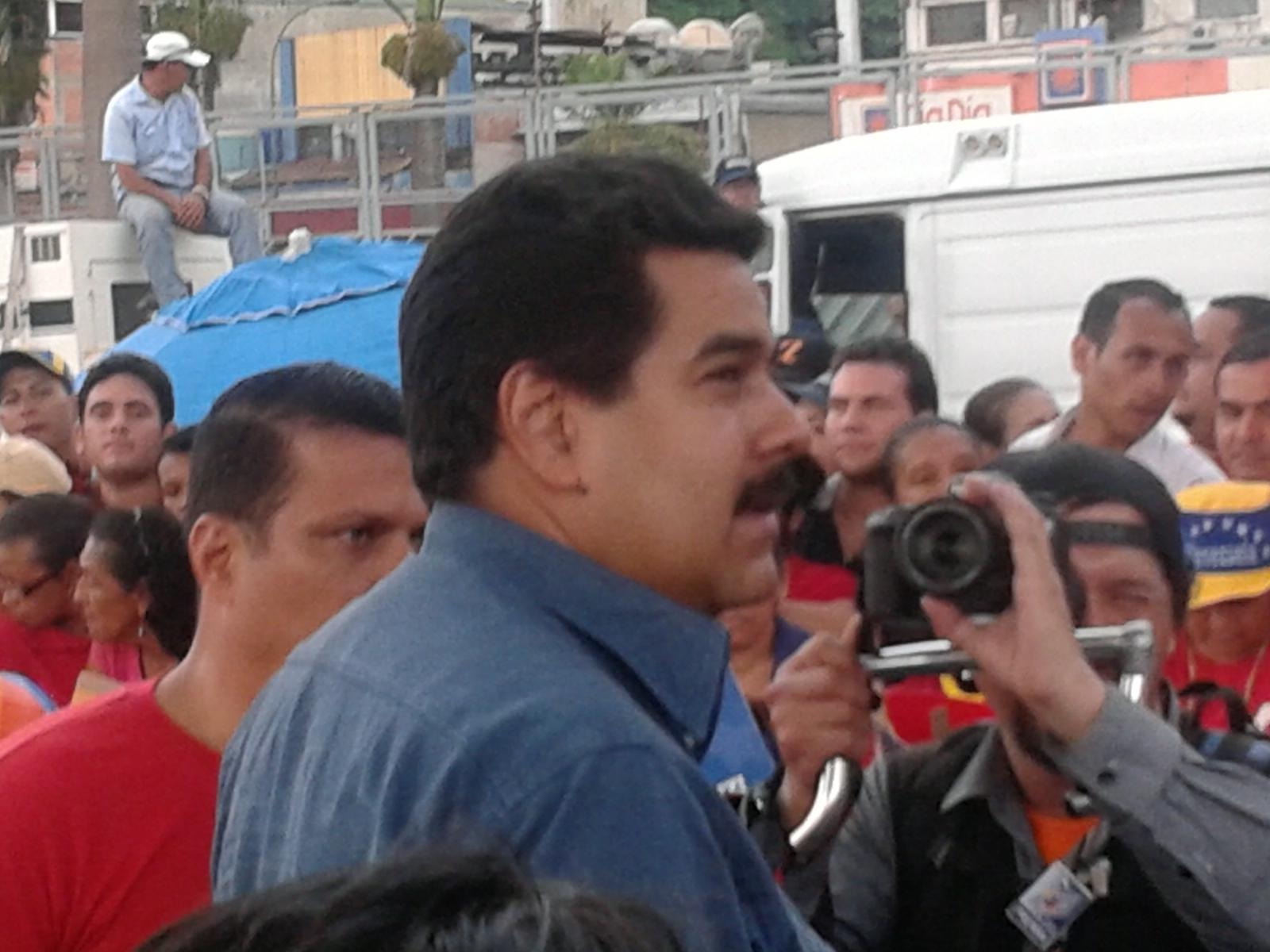 "Me estas stalkeando ah? // ""@ddematteis: Hoy estuve frente a frente con el MetroCanciller @MaduroOfficial http://t.co/Uw0RjSsX"""