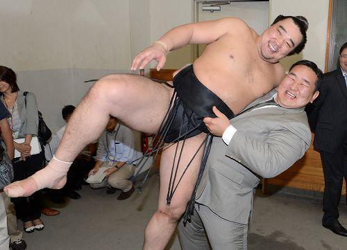 このコンビは本当に仲いいな~  http://t.co/kM1fMWwd #sumo http://t.co/5A3KPiVo