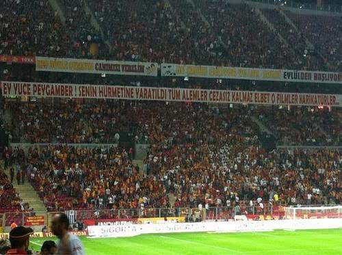 RT @kaantarik: ultrAslan'ı, bir Fenerbahçeli olarak Hz. Peygamber'e saygısızlıklara tepki verdiği bu pankart nedeniyle kutluyorum. http: ...