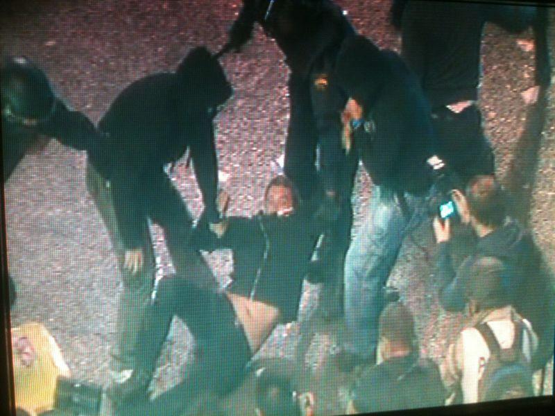 RT @Neredar: [foto] de los polic?as infiltrados encapuchados deteniendo a manifestantes #25s #fotos25s son los q empezaron a liarla? htt ...