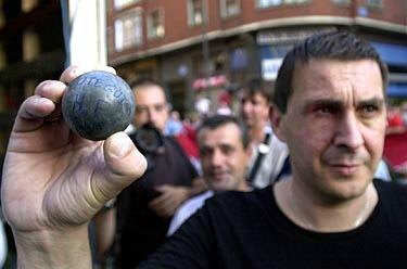 RT @ArnaldoOtegi: 15/09/2002 Ertzantzaren 'Oroigarri' bat / Un 'Recuerdo' de la Ertzantza #GrebaOrokorra http://t.co/TXLabhuI