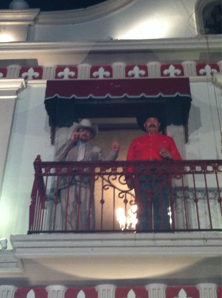 Desde el balcón, el Presidente de San Bartolo Petaquillas @flacoibanez y Jorge Ortin http://t.co/kXIyonek