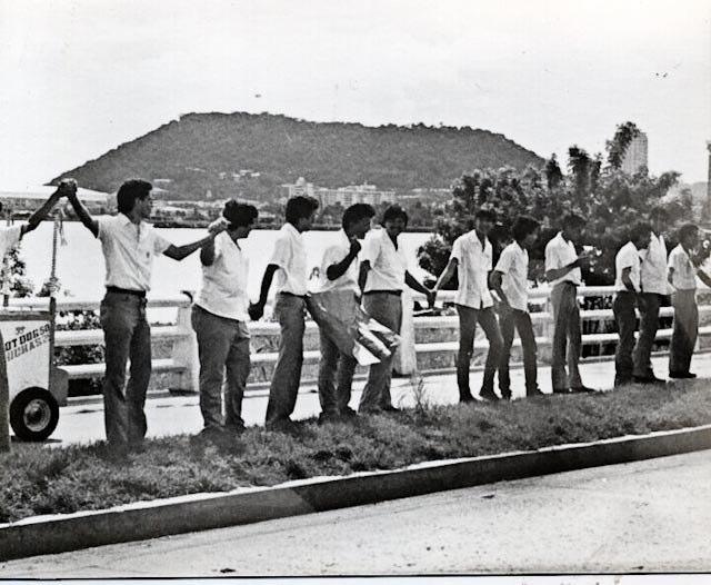Protesta en Avenida Balboa por la muerte de Hugo Spadafora. Foto del año 1985. #Panama http://t.co/0cWHAxET