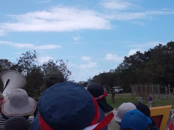 オスプレイが宜野湾市街地上空を旋回して配備された。 初日から政府説明は覆された。 http://t.co/rgxSZlh0