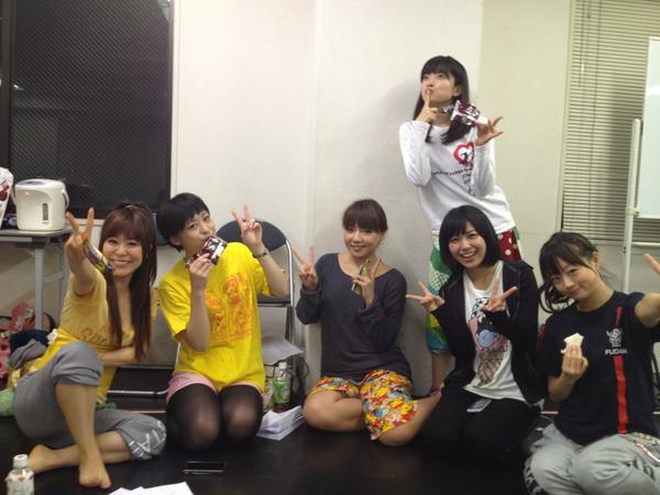 稽古休憩中女の子チーム( ´ ▽ ` )みなさんわいわい楽しそうです♪.。゚+.(スタッフ:きよとろ) http://t.co/AsnabJq0