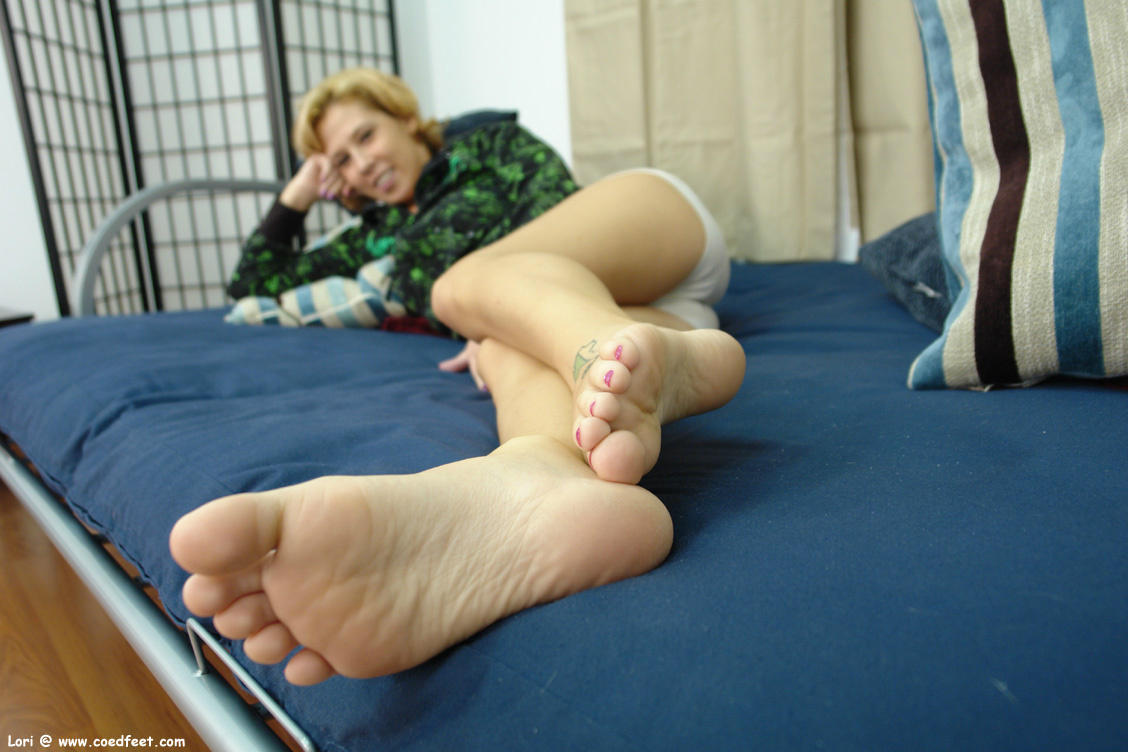 Today's shoot has Lori displaying her legs and #soles while wearing boy shorts #footfetish http://t.co/T1ZlUsMi