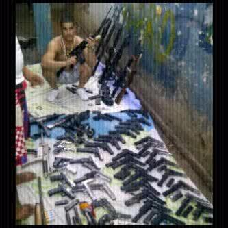'@inesvas7: Los pranes armados hasta los dientes en la carcel de Coro Falcon http://t.co/qwn2hWm0'