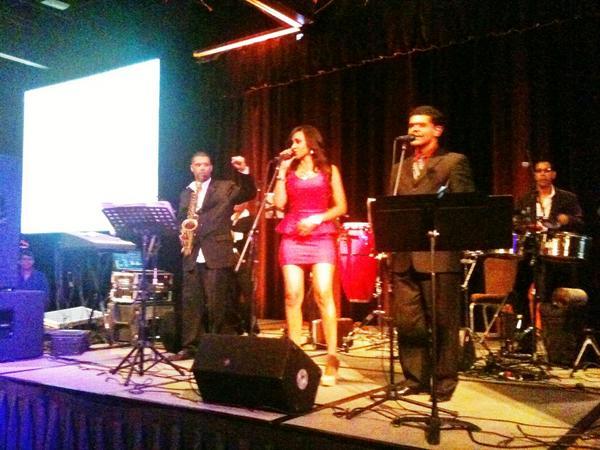 Kelly Mullaney (@KellyMullaney): Muy buena la fiesta @Univision en #LATISM12. Rica la comida y el grupo de salsa puso a bailar a todo el mundo #LATISM http://t.co/Ny6KadPa