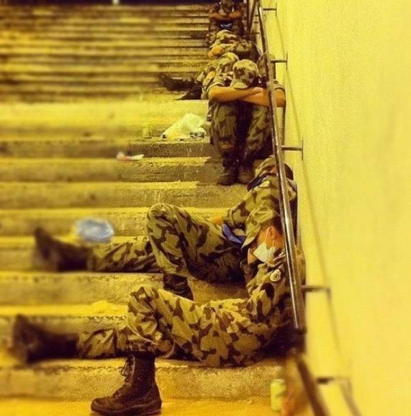 """هاشتاق السعودية (@HashKSA): صورة ترند: """"بعض رجال الأمن المشرفين على أمن وتنظيم الحجّاج يأخذون استراحة بعد يوم مُجهد .. جزاهم الله خيراً """" http://t.co/BBjQCkKz"""