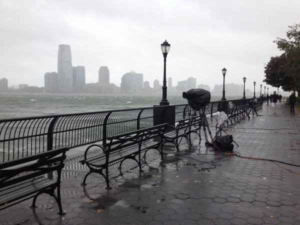 Denham Hitchcock (@DenhamHitchcock): This is battery park manhattan which they expect will receive record flooding. Only camera crews here of course. http://t.co/uANYzomm