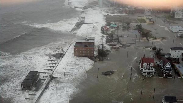Claudio Nasco (@ClaudioNasco): El mar entrando sobre lo que queda de Atlantic City New Jersey http://t.co/ohstGjsE vía @buo01 #Sandy