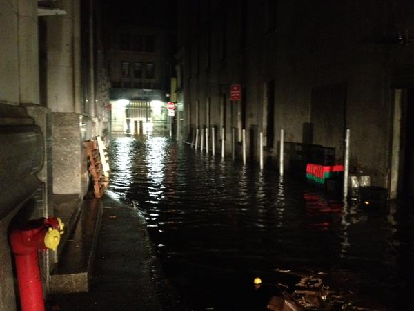 Denham Hitchcock (@DenhamHitchcock): Here comes the storm surge... Lower manhattan suburb. Battery park already underwater. http://t.co/uT3puSoi