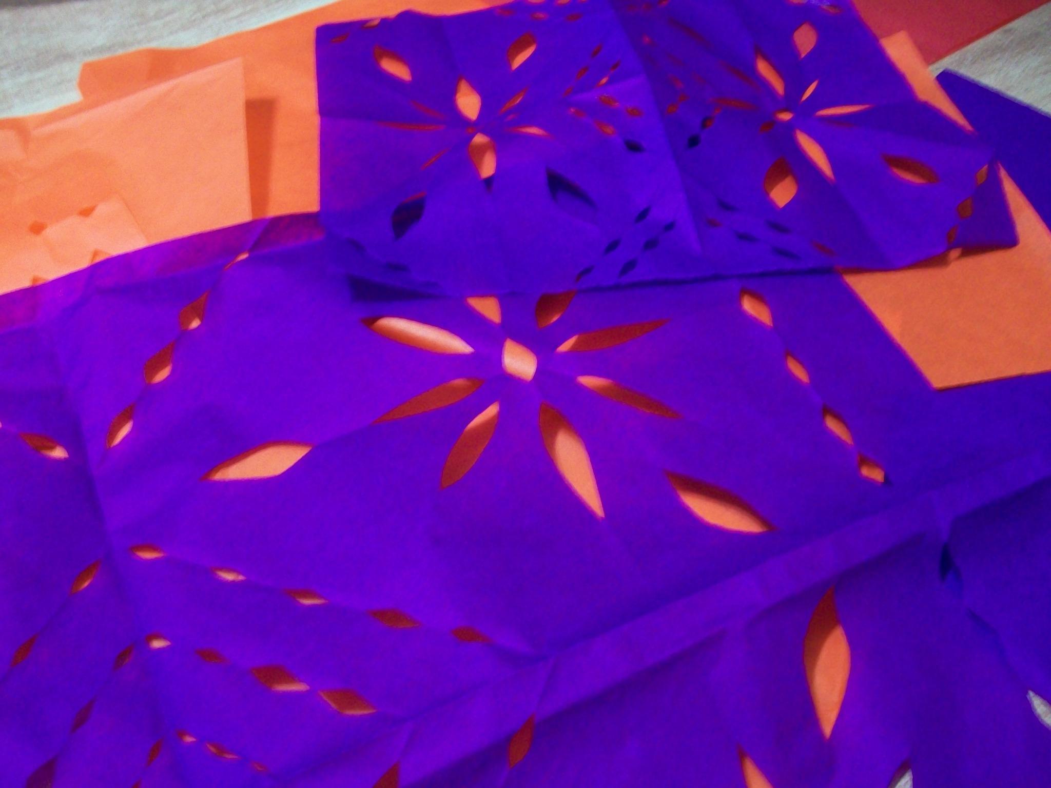 Mi intento de hacer papel picado para el altar de muertos. http://t.co/OnB3Rd68