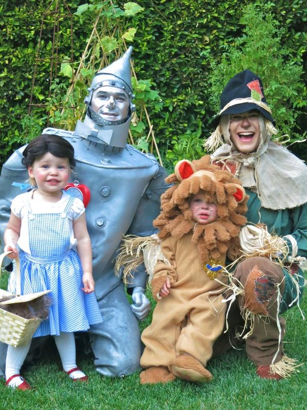 Neil Patrick Harris (@ActuallyNPH): Happy Halloween everyone! Hope your tricking and treating gotcha lotsa booty! Here's our family costume pic: http://t.co/lRJNkR59