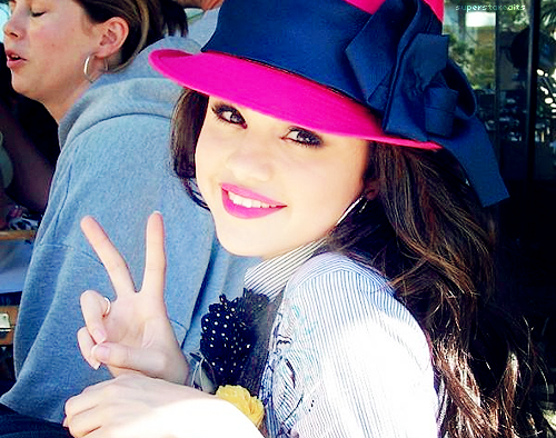 Selena Always Smile. http://t.co/eDcR66Bj