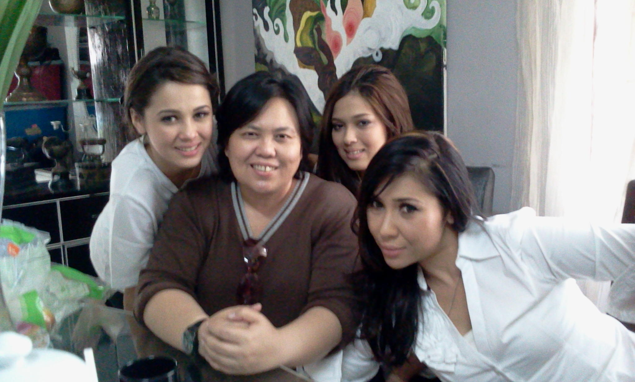 : with the maembong's, Emma, Chacha and Yaya. http://t.co/DIKxKHby
