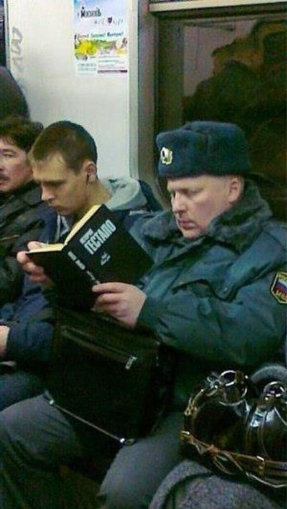 Учебное пособие сотрудника МВД. Натурально в метро сидит дядька читает и никого не стесняется. Всем гестапо, пацаны http://t.co/Z2cev9kF