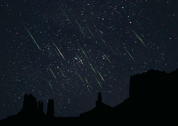 [APOD 12.11.19] 2001년 사자자리 유성우를 촬영한 사진입니다. 당시 유성의 갯수는 거의 초당 하나에 이를 정도였습니다. http://t.co/sH3vEjv2