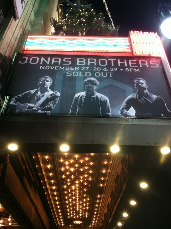 RT @LiveNationShows: @JonasBrothers Live Tweet: crowd is warmin' up screams already! What do you want to see a pic of tonight?#JBLiveTwe ...