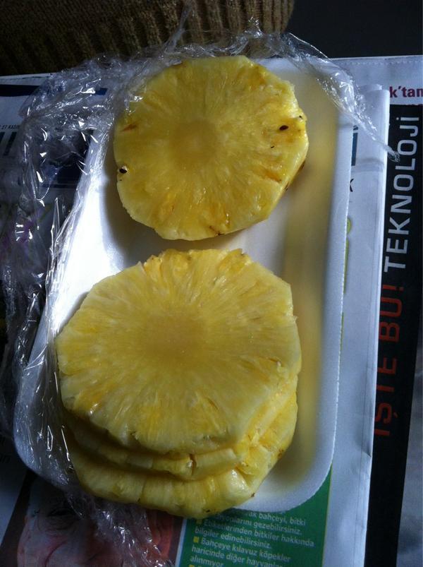 merve duysak (@merveduysak): Biz oglen yemeklerinde hep ananas yeriz :) @AybarsAtik http://t.co/NYNkDbIy