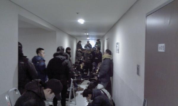 강남구 역삼동 832-33 성우스타우스 오피스텔 607호 앞… 민주당 관계자, 기자, 시민 분들이 문 앞을 지키고 서 있습니다. 시민들이 계속 합류, 현재 60~70여 명이 모여 있습니다. 함께해 주십시오. http://t.co/C9WPbmMh