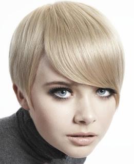 1. Девушки, у которых миниатюрное лицо, могут подчеркнуть его стрижками с косой челкой.