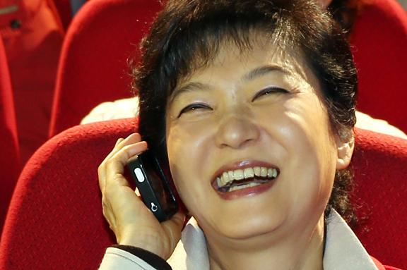 박근혜가 한 행사에서 주부와 육아관련 정책에 대해서 통화하는 것을 연출했는데 전화기를 꺼꾸로 들고 있다. 박근혜의 가장큰 리스크는 박근혜 자신이다. http://t.co/FexBJzw7