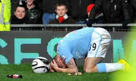 A9r4s rCIAAjqOZ Remember when a Manchester United fan threw a coin at Manchester Citys Craig Bellamy