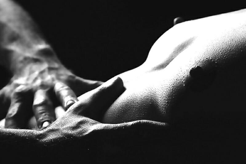 Фото Мужские руки на женском животике.