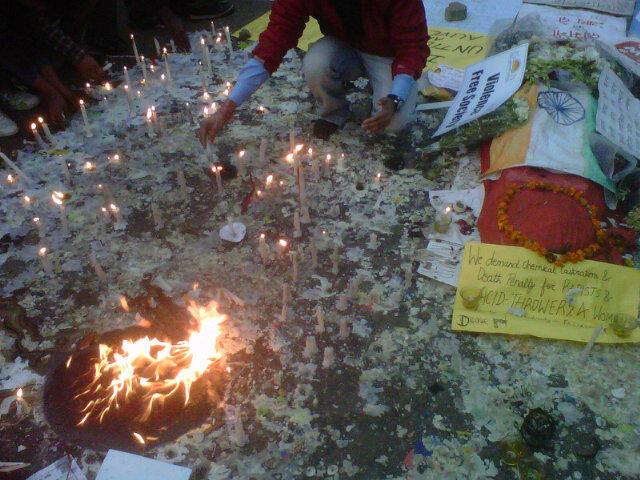 Jalate chalo ye Diye sneh bhar bhar, Kabhi to dhara ka andhera mitega. #WeWantJustice http://t.co/uYYfYZUH