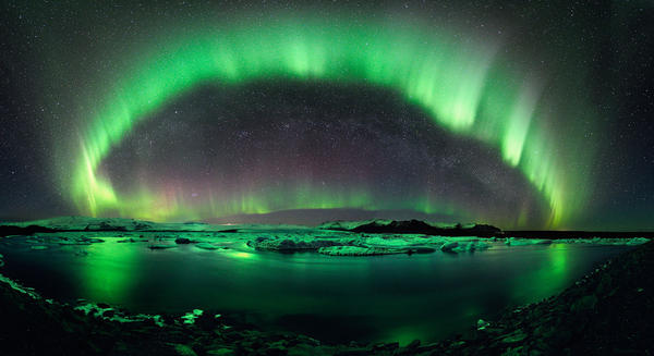 One of the most fascinating images of the Aurora Borealis ever taken - Jökulsárlón, Iceland. http://t.co/Z61ZehvV