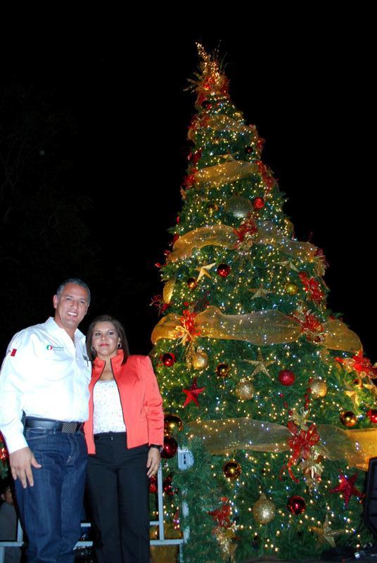 DIF Madero (@DIF_Madero): El Alcalde de nuestro municipio @JaimeTSMadero y la Presidenta del Sistema DIF Madero durante el encendido del pino... http://t.co/fFnh9wTI