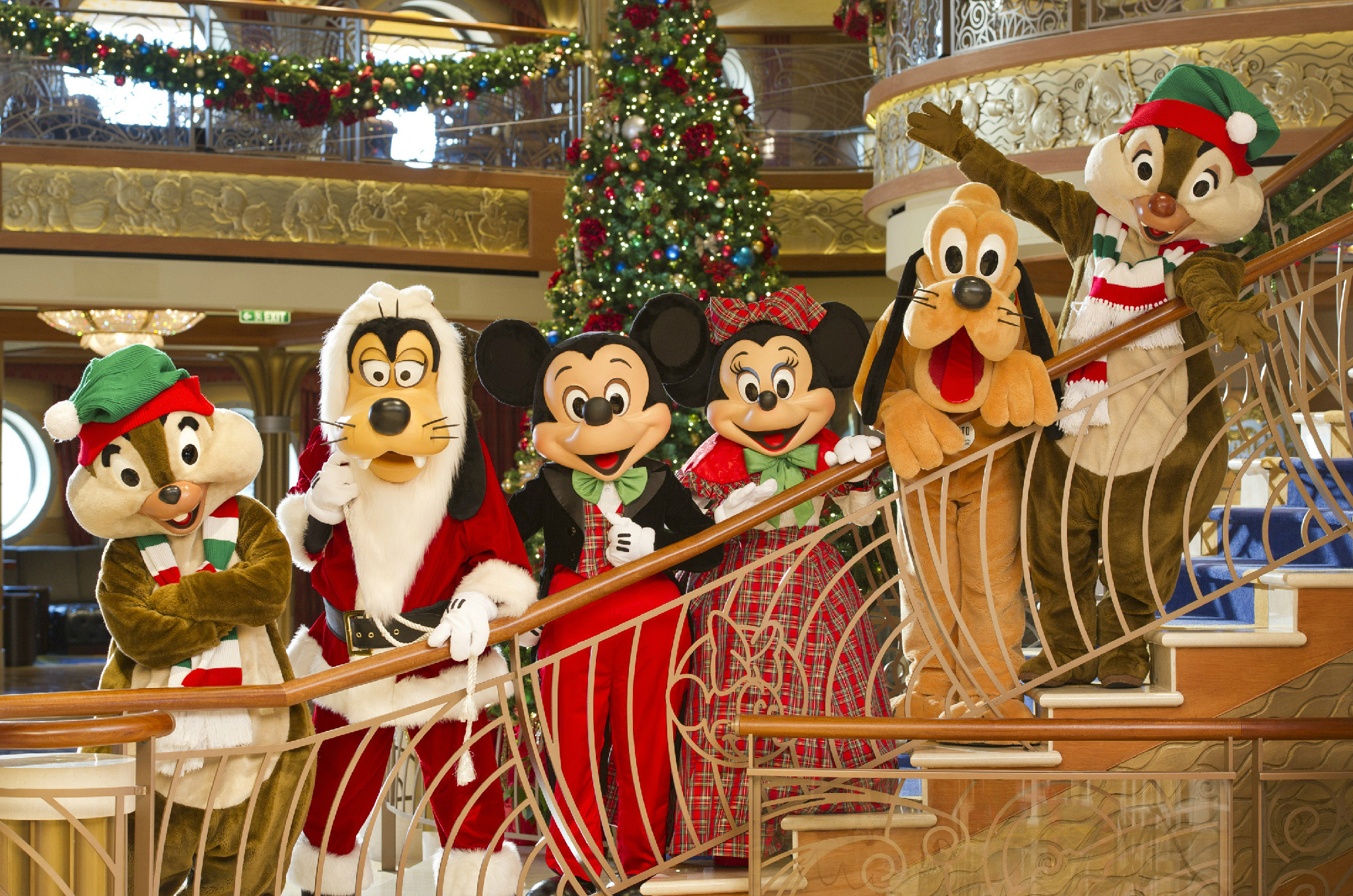 RT @DisneyCruise: See how festive #Disney characters are on a #DisneyCruise ship during the holiday season! #FriFotos http://t.co/x0AFhnmb