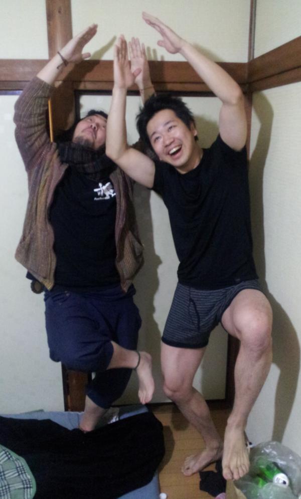 まりを (@mariwogold29): 今年も残り9時間をきりましたね!僕とゾノさんは元気です!みなさん!!よいお年を~/(^o^)\ http://t.co/aj2X6wqK