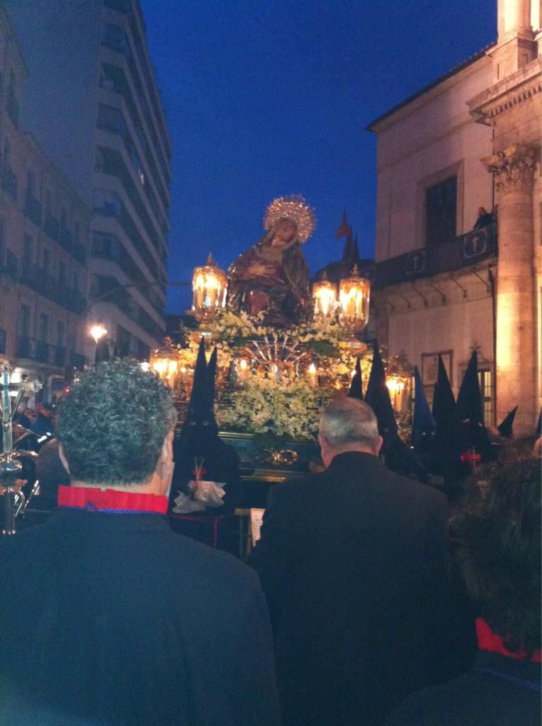 El tiempo da una tregua y permite q la virgen y su hijo salgan a la calle en Valladolid en la procesiᅢᄈn del encuentro http://t.co/TtSY7Ohh