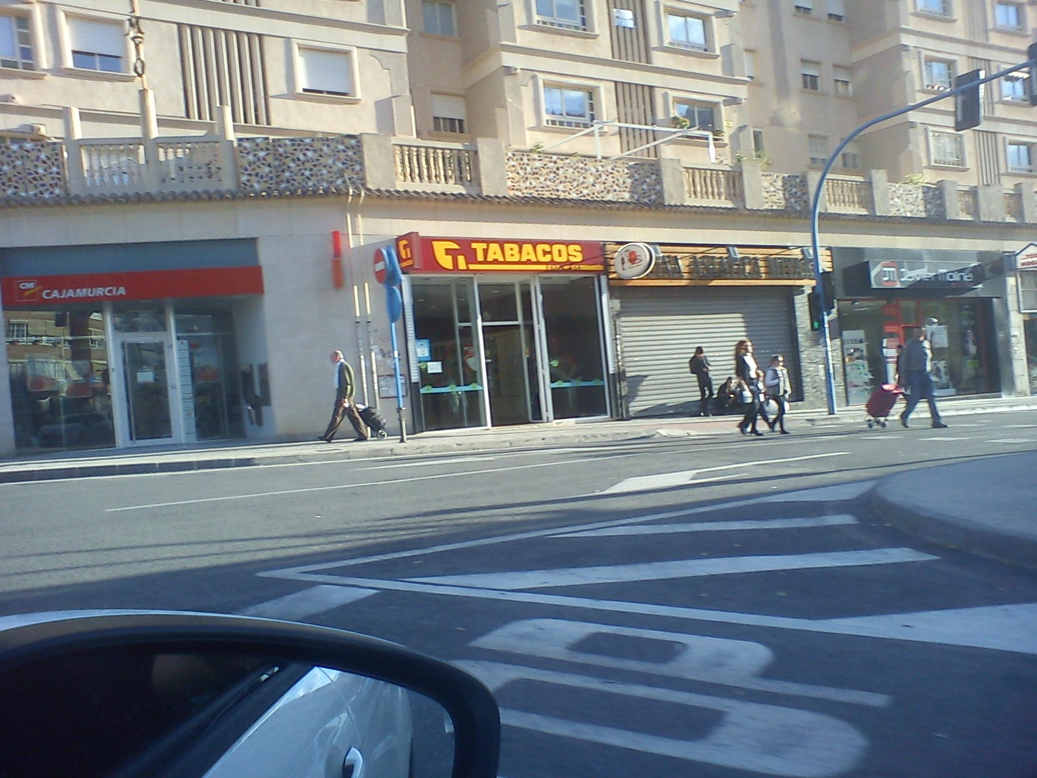 La primera yakuza en las puertas del Miyako. Tapaderas everywhere. http://t.co/oHUmdPgY