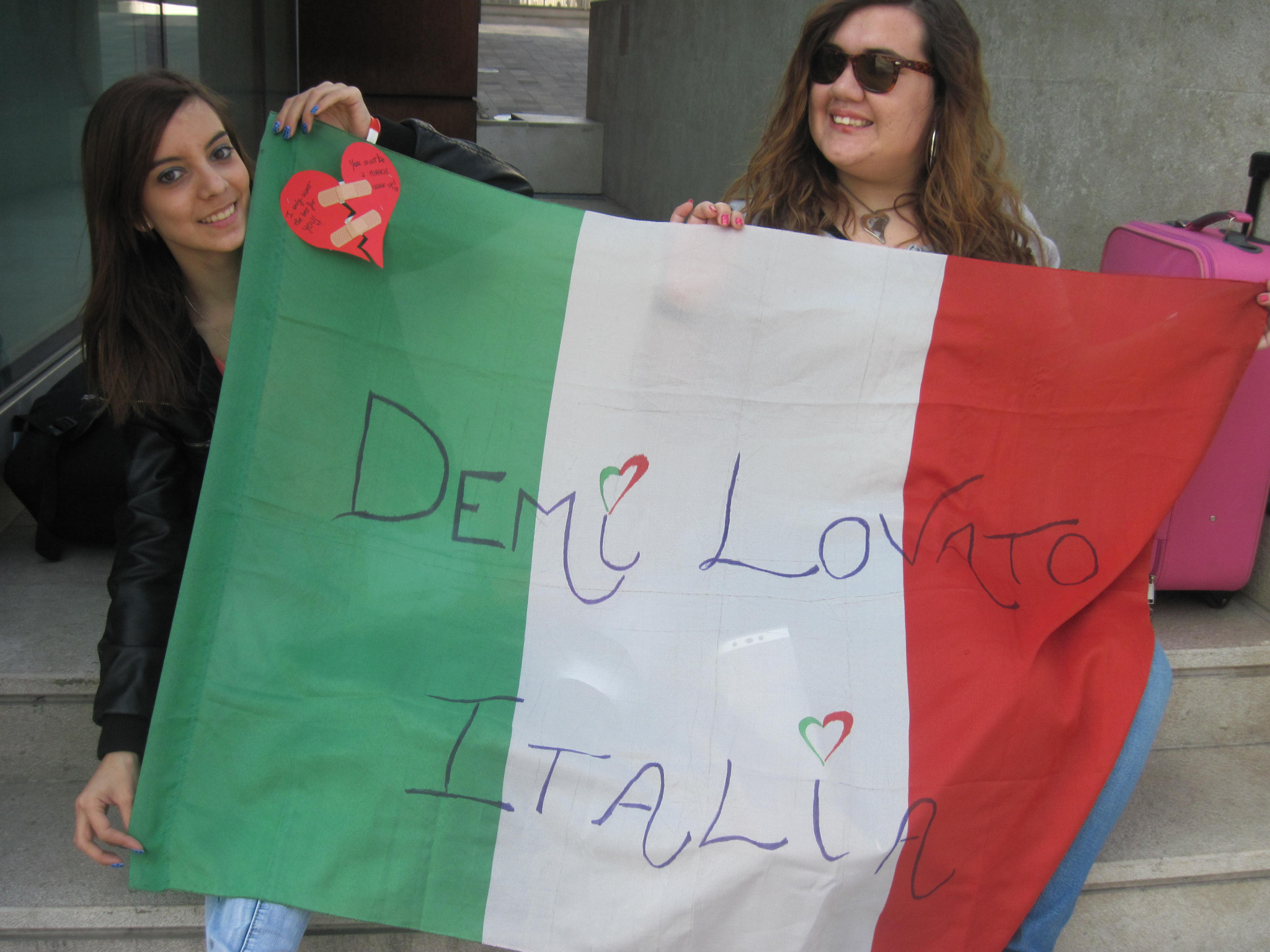 RT @DemiLovato_IT: We gave this Italian flag to @ddlovato :) http://t.co/Oh7sTI25
