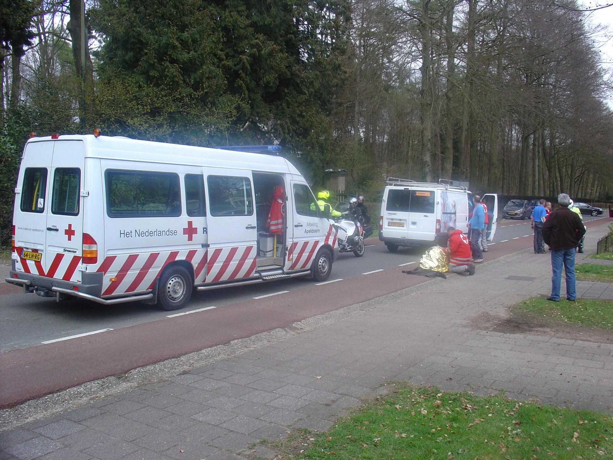 Ronde van Gelderland grote valpartij Kerklaan #Rozendaal twee #coureurs gewond uit #koers http://t.co/G5Lfwqwy